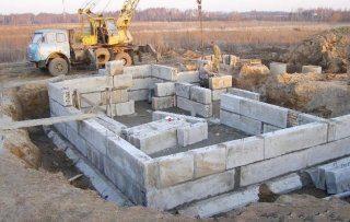 Мелкозаглубленный ленточный фундамент из блоков фб