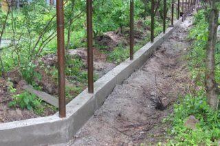 Строительство фундамента под бетонный забор